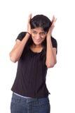 Indische Frau, die ihre Ohren mit ihren Händen abdeckt Lizenzfreie Stockfotos