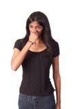 Indische Frau, die ihre Wekzeugspritze geschlossen klemmt Lizenzfreies Stockfoto