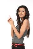 Indische Frau, die ihren Finger auf Exemplarplatz zeigt Stockfotografie