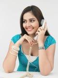 Indische Frau, die im Telefon spricht Stockfotografie