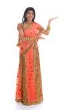 Indische Frau, die leeren Raum zeigt Stockfoto