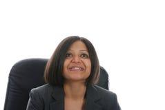 Indische Frau, die oben lächelt und schaut Lizenzfreie Stockfotos
