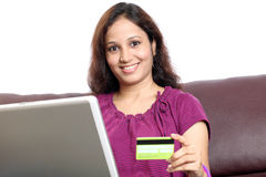 Indische Frau, die online vom Haus kauft Lizenzfreie Stockbilder
