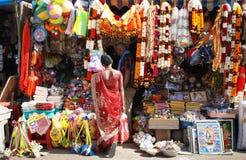 Indische Frau, die religiöse Artikel aufpasst lizenzfreies stockbild