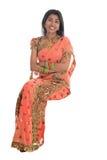 Indische Frau gesetzt auf einem transparenten Stuhl. Lizenzfreie Stockfotografie