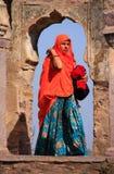 Indische Frau im bunten Sari, der im Bogen, Ranthambore steht Lizenzfreie Stockfotografie