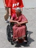 Indische Frau im Rollstuhl Stockfoto