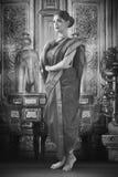 Indische Frau im traditionellen Saree stockbilder