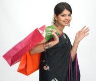 Indische Frau mit Einkaufenbeuteln Stockfoto