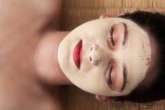Indische Frau mit Gesichtsmaske Stockbild
