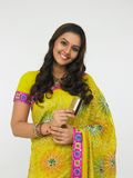 Indische Frau mit Karte in ihrer Hand Stockbilder