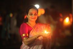 Indische Frau mit Lampe in Diwali stockbild