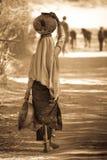 Indische Frau mit Potenziometer auf Kopf stockfoto
