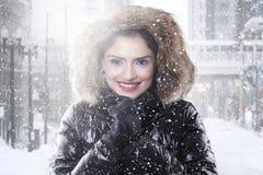 Indische Frau mit Wintermantel auf der Straße lizenzfreie stockfotos