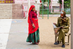 Indische Frau und Sicherheitsbeauftragter, die eine Zeitung liest Lizenzfreies Stockbild