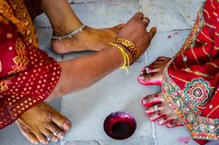 Indische Frauen, die Füße mit heller roter Färbung Alta mahavar schmücken stockbilder