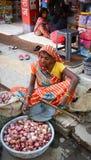 Indische Frauen, die Gemüse in einem Markt verkaufen Lizenzfreie Stockbilder
