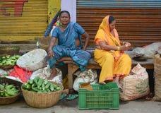 Indische Frauen, die Gemüse in einem Markt verkaufen Lizenzfreies Stockfoto