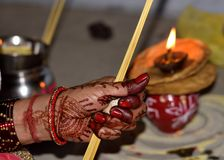 Indische Frauen, die karwachauth pooja tun stockfotos