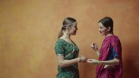 Indische Frauen, die miteinander Dekorationen prahlen stock footage