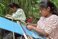 Indische Frauen Porträt Latino, die an Hand Webstuhl spinnen Stockfotografie