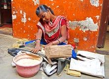 Indische Frauen stellen Räucherstäbchen her Lizenzfreie Stockfotos