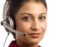 Indische Frauen-tragender Kopfhörer Lizenzfreie Stockfotos