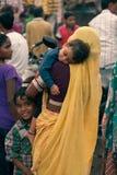 Indische Frauen und Kinder an der Messe Lizenzfreies Stockfoto