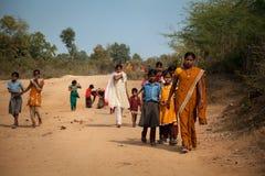Indische Frauen- und Kindrückkehr zum Dorf Lizenzfreies Stockfoto
