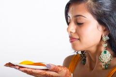 Indische Frauengeruchgewürze lizenzfreies stockbild