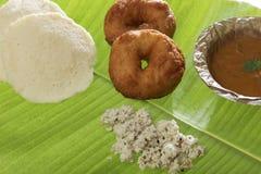 Indische gebraden vada & idli van snackmedu met kokosnotenchutney en sambhar stock afbeelding