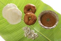 Indische gebraden vada & idli van snackmedu met kokosnotenchutney en sambhar Stock Afbeeldingen