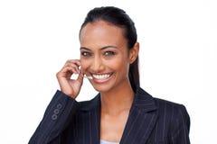 Indische Geschäftsfrau, die auf einem Kopfhörer spricht lizenzfreie stockbilder