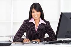 Indische Geschäftsfrau im Büro stockfotografie