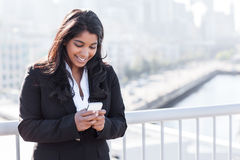 Indische Geschäftsfrau, die am Telefon texting ist Stockfotos