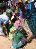 - Indische getrocknete Fische des Dorfbewohners Verkäufe Stockfotos