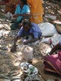 Indische getrocknete Fische des Dorfbewohners Verkäufe Stockfoto