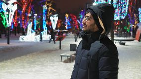 Indische Guy Considers Holiday Illumination At-Nacht in het Park stock video
