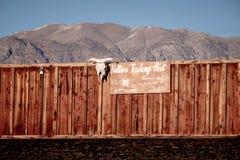 Indische Handelsstation am Totem-Café im historischen Dorf der einzigen Kiefer - EINZIGE KIEFER CA, USA - 29. MÄRZ 2019 lizenzfreies stockbild
