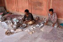 Indische Handwerker, die bei Taj Mahal, Agra, Indien arbeiten Stockfoto