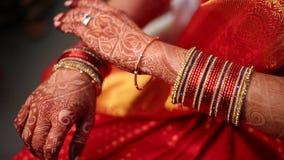 Indische hindische Braut, die zur Heirat fertig wird stock video footage
