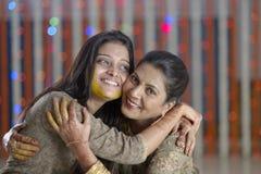 Indische hindische Braut mit Gelbwurzpaste auf Gesichtsumarmung Lizenzfreies Stockfoto