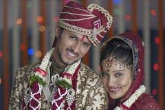 Indische hindische Braut u. pflegen ein glückliches lächelndes Paar. Lizenzfreie Stockfotografie