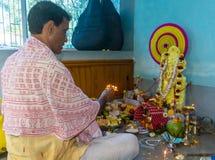 Indische Hindoese Brahmaanpriester het worshiping Godinsaraswati stock foto