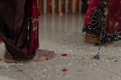 Indische Hindoese Bruid & Bruidegom die Phrera lopen stock fotografie