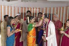 Indische Hindoese Bruid die bruidegom bekijkt en slinger in maharashtra huwelijk ruilt Royalty-vrije Stock Afbeelding
