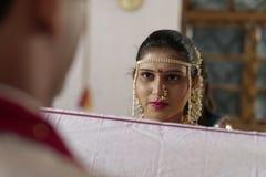 Indische Hindoese Bruid die bruidegom in maharashtra huwelijk bekijken Royalty-vrije Stock Afbeelding