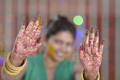Indische Hindoese Bruid die henna op haar palmen tonen. Stock Foto