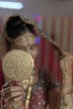 Indische Hindoese Bruid die klaar onderzoekend een spiegel worden. Royalty-vrije Stock Foto's