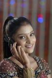 Indische Hindoese Bruid die klaar & op mobiel spreken worden. Royalty-vrije Stock Afbeeldingen